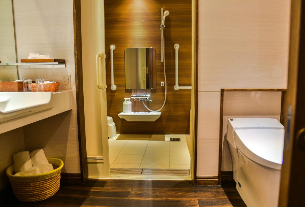 バリアフリールーム 洗面台とバスルーム