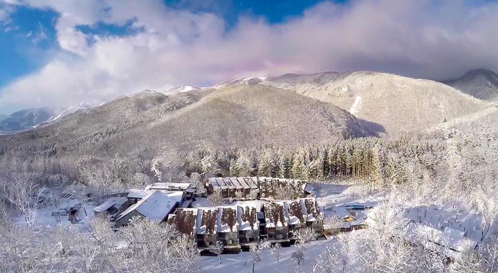 冬のホテル全景と北アルプス