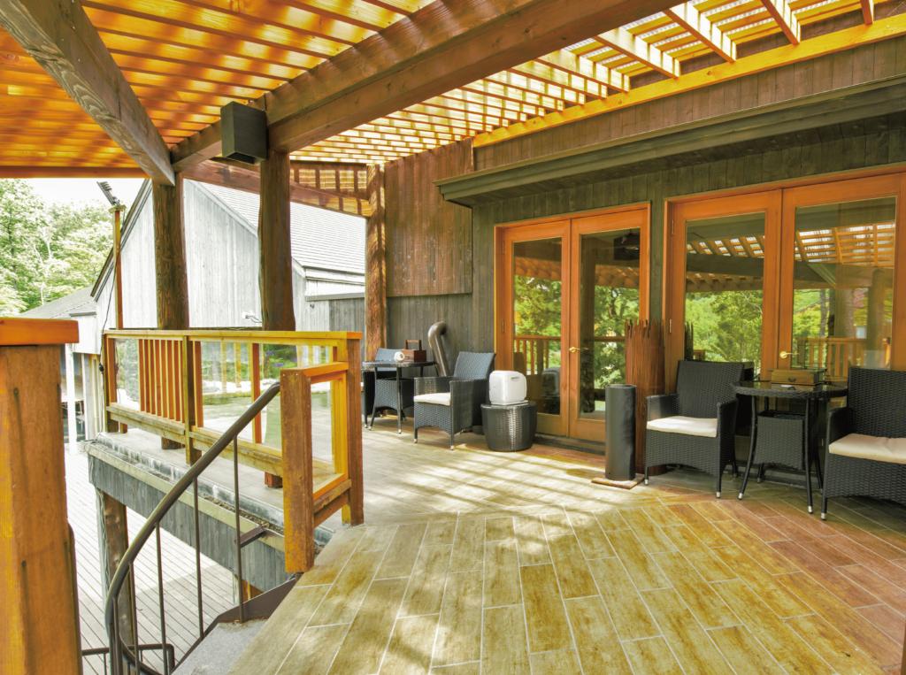 一番広く眺めの良い喫煙所は、ロビー奥左手のドアの先らせん階段の上です。
