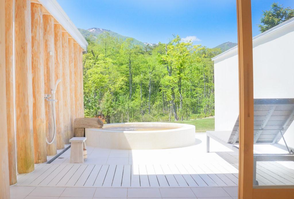 開放的な露天風呂太い杉の丸太がローマ風 「テルマエロマエ」